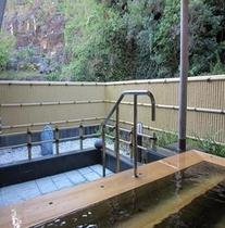露天ヒノキ風呂。浴場2に隣接しており、男女入替えでのご利用となります。
