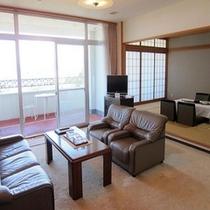 5階和洋室の和室12畳、リビング、ベッドルームの3Rタイプのスイートです。