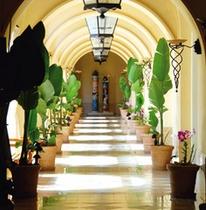アーチ型が美しい午後の回廊