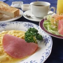 *朝食一例/洋朝食。クラブハウス内のレストランでご用意いたします。