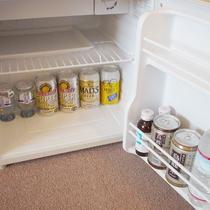 *お部屋の冷蔵庫(お飲み物はイメージです。空の状態でご用意しております。)