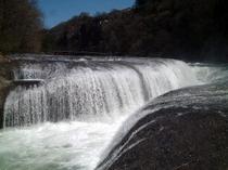 吹き割れの滝(国道120号沿い)