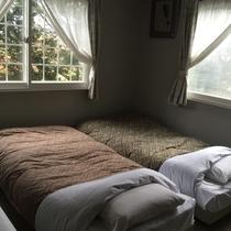 【お部屋】*ベッドが3つございます。(2人~3人泊まれます)