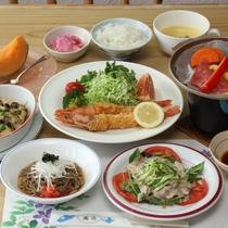 夕食の一例。ボリューム満点♪手作り料理が並びます。
