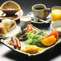 【朝食全体】自家製野菜や自家製味噌を使った、洋食をご用意します。