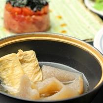 【夕食】お肉や魚を使った和洋折衷の料理が並びます。その季節 旬な食材を心をこめて料理します。_煮物