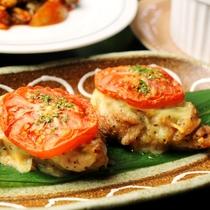 【夕食】お肉や魚を使った和洋折衷の料理が並びます。旬な食材を心をこめて料理します。