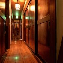 *館内(廊下)/モダンな雰囲気の中で、ゆったりとお寛ぎください。