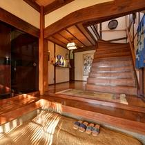 *館内(玄関)/歴史を感じさせる調度品をお楽しみください。