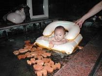 積み木風呂に入る赤ちゃん