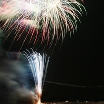 *花火大会の夜 夜空に浮かび上がる大輪の花!