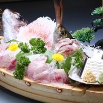 *地魚が並ぶ迫力満点の舟盛一例