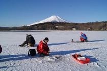 富士山バックに穴釣り