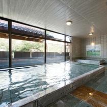 *尾瀬をイメージして造られた浴室。壁には尾瀬の池や、尾瀬に咲く花々の絵が描かれています。
