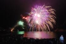 雲見温泉では、8月15日、花火大会が開催されます。水中花火が見ものです。