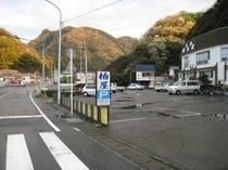 柏屋駐車場の中に入りますと、伊豆屋の名前がありますので、そちらに駐車してください。