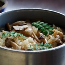 秋は新米を炊き立て釜飯で!