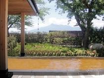 露天風呂からみえる釜臥山