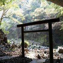 【周辺観光】天安河原/天岩戸神社西本宮から岩戸川に沿って徒歩で約10分にある大洞窟