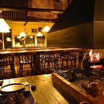 【暖炉とダイニング】暖炉の暖かい火を眺めながらワインやコーヒーを片手に語り合うひと時を♪