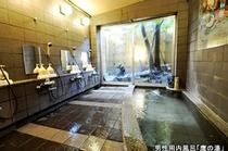 男性用内風呂「鷹の湯」。 庭をながめながらゆっくりお疲れを流してください。