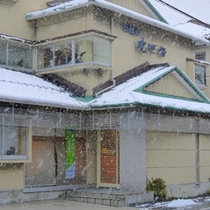 雪が降ることも多い冬の日は、JRや かにバスのご利用も便利です。