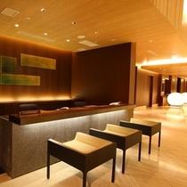 ■1階 コンシェルジュデスク/お客様の快適なご滞在をサポート。