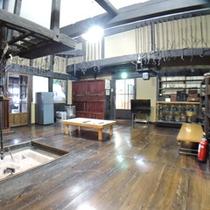 *【客室/曲がり家】広々とした居間。囲炉裏もあり、懐かしい情緒を感じられる空間です。