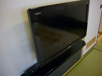 和室10畳に備え付けの液晶テレビ