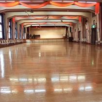 ■多目的ホール。床は桜材を使用しており好評です。