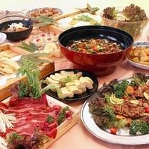 ■旬の食材を用いたバラエティあふれるお料理が並びます。夕食バイキング一例。