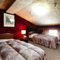 ■【らいちょう館■最上階メゾネット】小上がりのお部屋にベッドがあります
