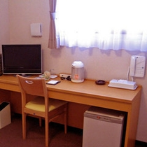 【洋室設備】有線・無線インターネット・液晶テレビ・空冷蔵庫・湯沸しポット・電源3口・リセッシュ