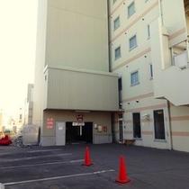 【駐車場】無料駐車場70台(うち36台がタワー型立体駐車場)。ホテルスタッフがご案内いたします。