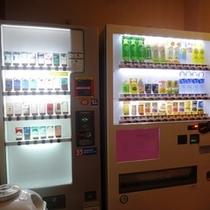 【自動販売機】ソフトドリンクやアルコールのほか、おつまみやカップラーメン、タバコ等販売しております。