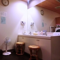 【女性大浴場】アメニティ:ブラシ/化粧水/乳液/コットン/綿棒。