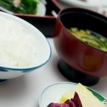 朝食は、和洋のバイキング形式です