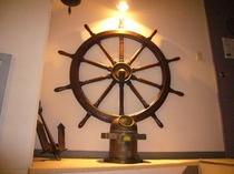 2F階段踊り場舵と羅針盤