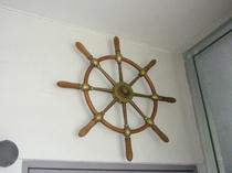 玄関を入って正面にイギリスから買ってきた舵
