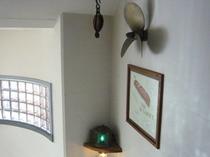 3階踊り場スクリューと航海灯