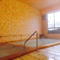 *【大浴場】無色透明で塩分濃度が高いことから『しょっぱい温泉』とも呼ばれる強塩泉です。