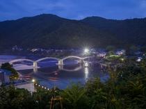涼み処からの錦帯橋のライトアップ