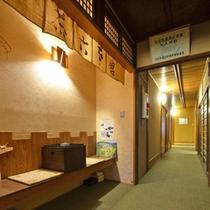 【客室の廊下】客室は2~3F。各客室をつなぐ廊下もレトロ感あってなんだか落ち着きます。