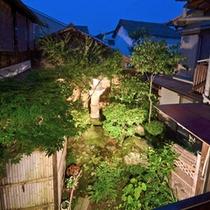 *【中庭】家屋の中心に坪庭のように。夜はライトアップを致します。