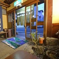 *【玄関1】おかえりなさい。そんなホッとした雰囲気。木造建築ならではのたたずまいです。