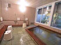 *【男湯5】窓からは庭が見えます。天然温泉で旅の疲れをしっかりいやしてください。