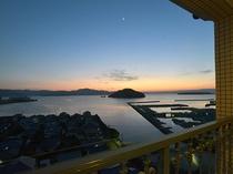 【海側客室】夕日と空港を望むスーペリアシングル