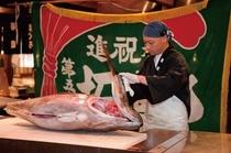 黒潮市場:新鮮マグロを目の前でさばき直売!ショーの開催時間を事前にチェック