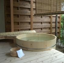 露天風呂付特別室〜小庭に檜の露天付