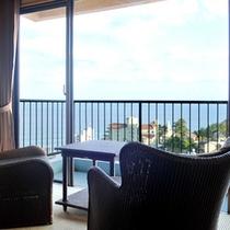 *客室はオーシャンビュー!窓辺に座ると街並みの先に海を見渡せます。